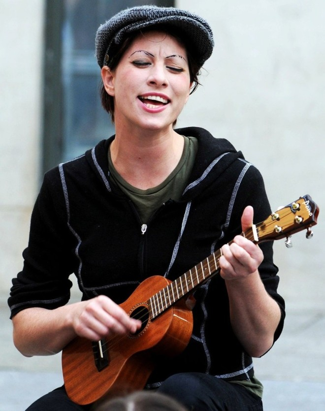 amanda-palmer-plays-an-intimate-outdoor-gig-02-1